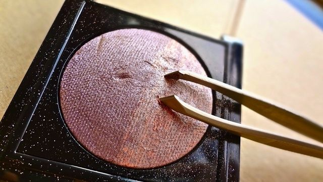 Con embudo en su lugar,'s time to gently scrape your chosen eyeshadow into the varnish. Scratch SMALL amounts of the powder into the varnish SLOWLY else it will clump inside the funnel making a mess!