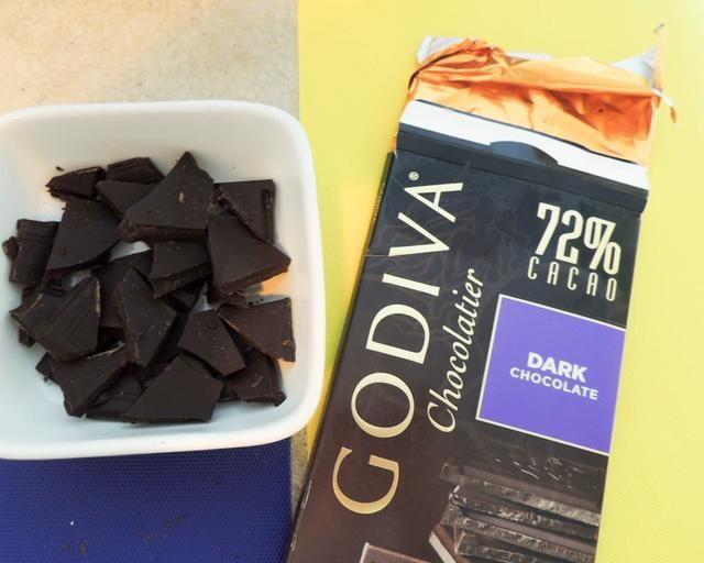BONO POR SOLICITUD: Break medio choc. bar en trozos pequeños (70 +% de cacao es la opción más saludable). Poner en un microondas pequeña caja fuerte plato / cuenco.