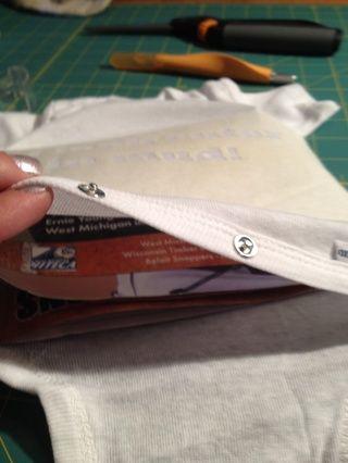 Coloque un pedazo de cartón o una toalla de papel en el interior del onesie o camisa para pintura ganó't leak through.