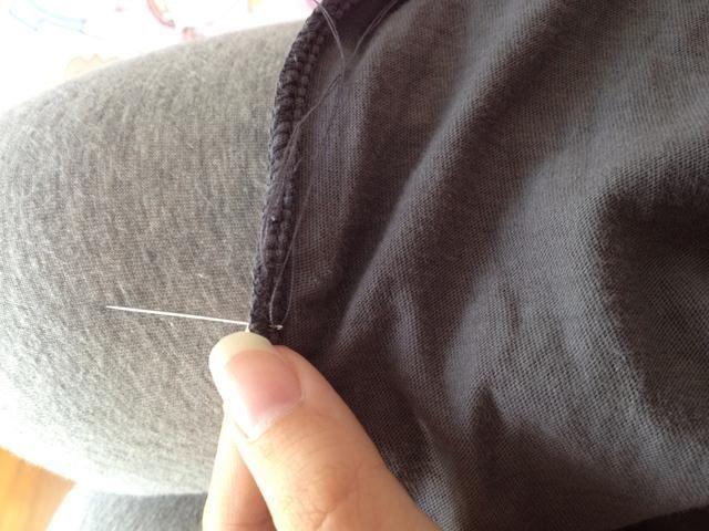 Ate un enorme nudo en el borde de su hilo y empezar a coser en el punto de partida.