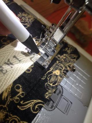 Encontrar un lugar en el pie de costura para determinar una costura allowance- estoy usando mi centro de categoría, con la aguja a la posición de la izquierda