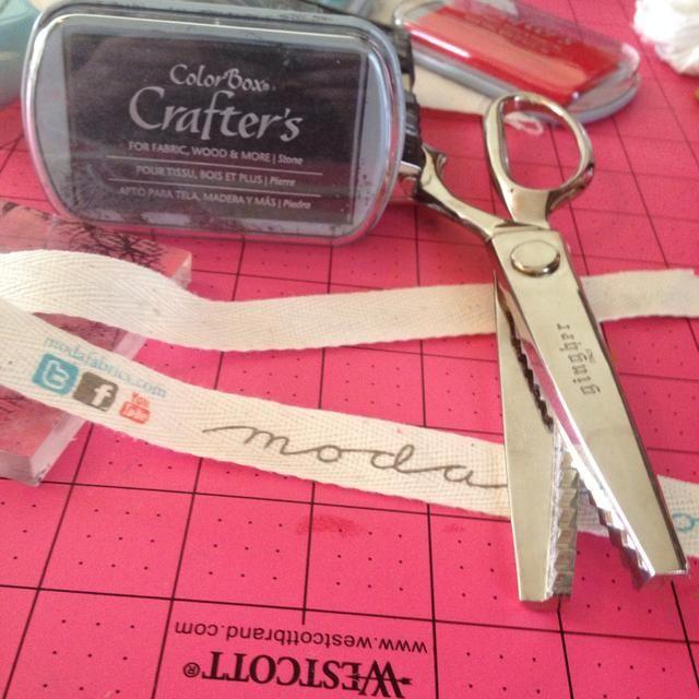 Reúna sus suministros: Tip muchos cuartos de grasa y Jelly Rolls vienen envueltos en cinta de sarga tamaño perfecto para hacer etiquetas!