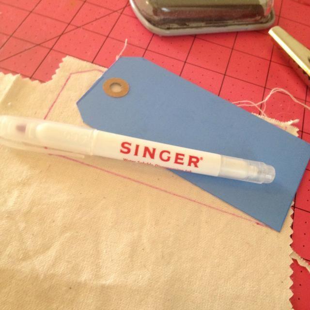 Haga su propio sello estilo etiqueta trazando una etiqueta existente con un marcador de tela o un lápiz