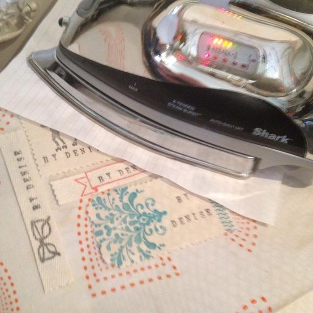 Ahora térmicamente establecer sus creaciones. Puse una hoja de papel entre mis etiquetas y el hierro para evitar que aparezcan manchas de