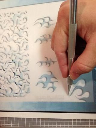 Usando tu cuchillo X-Acto (ATENCIÓN), corte la hoja de la plantilla en blanco.