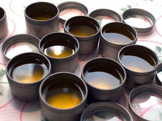 Deje reposar durante aproximadamente una hora en el mostrador, a continuación, pasar cuidadosamente las latas de la nevera. Después de unas horas, los bálsamos labiales deben estar perfectamente establecidos.