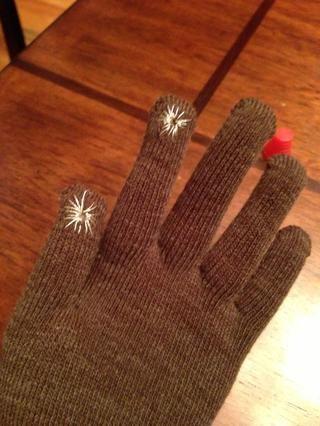 Yo cosí en el pulgar y el dedo índice de mi guante. Qué Yo suelo utilizar de todos modos.