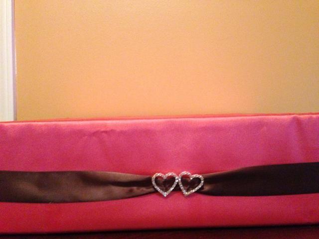 Añadí mi chocolate color de acento con la cinta alrededor de la caja, junto con nuestro tema de los dobles corazones