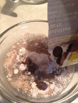 Agregue un poco de chispas de chocolate.