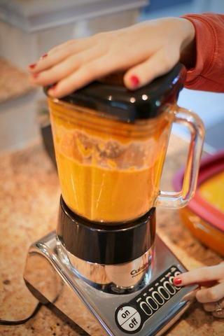 Si desea que su sopa de calabaza dulce, añadir 1 cucharada de miel de agave o 1/2 cucharada de azúcar. Licuar de nuevo en la licuadora durante al menos 3 minutos hasta que quede suave.