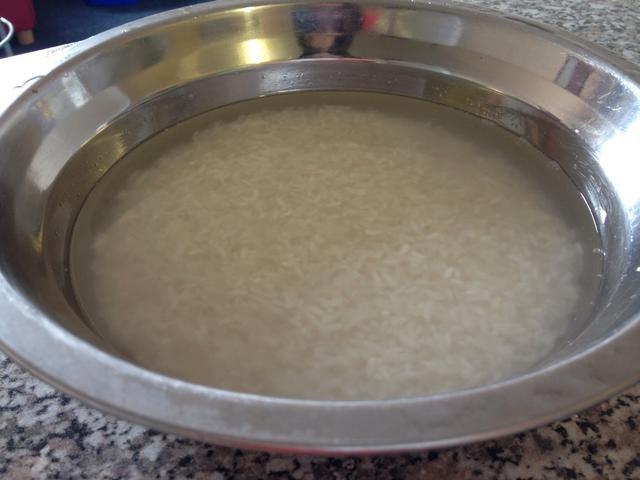 Enjuague el arroz en un recipiente hasta que el agua es clara. Deje 1 cm de agua para remojar el arroz ya que esto hará que buena textura del arroz.