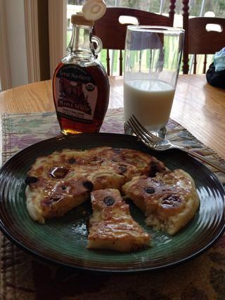 El tiro en un plato, y disfrutar con el jarabe de arce real y un vaso de leche fría! Mi hermano me debe por éste. Yo le hice estas esta mañana y les encantó! :)