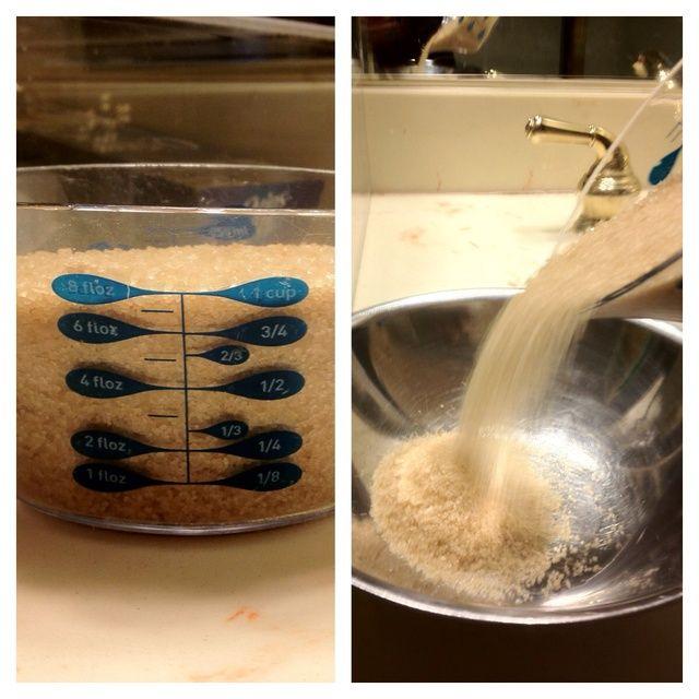 Paso 1 - Vierta una taza de azúcar en el tazón y luego verter otro 1/4 de azúcar en la taza.