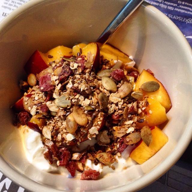 Servir con yogur y frutas o espolvorear en la parte superior de un pastel para agregar contracción adicional.