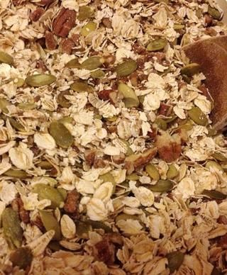 Mezclar bien. Yo duplicado la cantidad de semillas de calabaza ya que yo no tenía semillas de girasol. También he añadido 45 gramos de harina de avena extra.