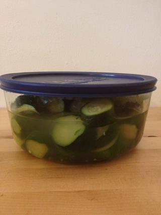 Guarde el resto de los calabacines en un contenedor de almacenamiento para que pueda hacer esta sopa de nuevo en un instante mediante la adición de agua hirviendo a la licuadora. Ello's also good served chilled in summer.