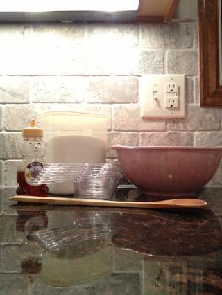 Tazón, cuchara, miel, tazas de medir, cucharilla, la vainilla y el azúcar.