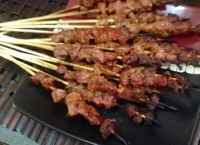 Cuando se cocina toda la carne, es hora de comer. Se tarda aproximadamente 7 a 10 minutos.