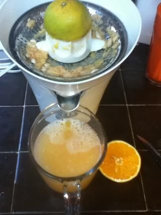 Jugo de tres naranjas (en el mismo vaso para que se mezcla con el jugo de pomelo)