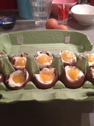 Tome un poco de la crema de queso de los huevos, así que hay un pequeño agujero. Usted tiene que poner el'egg yolk' in the hole. Then put them for the last time in the fridge (for 30 minutes).