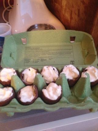 Tome los huevos de chocolate de la nevera y llenarlos. Después de eso, volver a ponerlos en la nevera durante media hora.