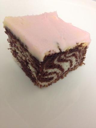Escarcha la torta y se corta. Cuando se corta en ella, podrás ver un patrón de cebra. Inténtelo con pastelitos también!