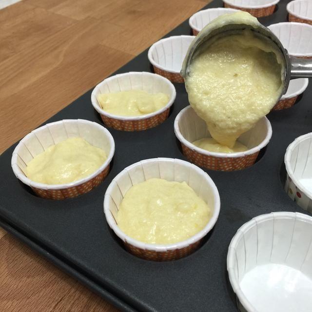 Usando una cuchara de helado, cuchara la masa 3/4 lleno en los revestimientos de la magdalena.