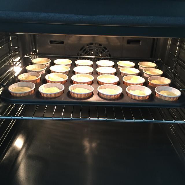 Hornear las magdalenas en el horno precalentado durante unos 18 minutos o hasta que los decodificadores y un palillo insertado en el centro de la magdalena salga limpio.