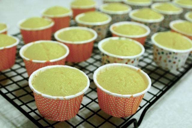 A continuación, traslado pastelitos para enfriar completamente sobre una rejilla antes de helar.