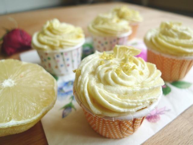 Adorne estos pastelitos con un corte de limón y la ralladura de limón. Estas maravillosamente deliciosos bizcochos son cualquier amante del limón magdalenas sueño Primavera! Para más, al igual que nosotros en Facebook en Facebook.com/huangskitchen