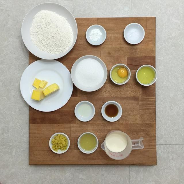 Preparar todos los ingredientes necesarios para hacer estos pastelitos de limón zingy.