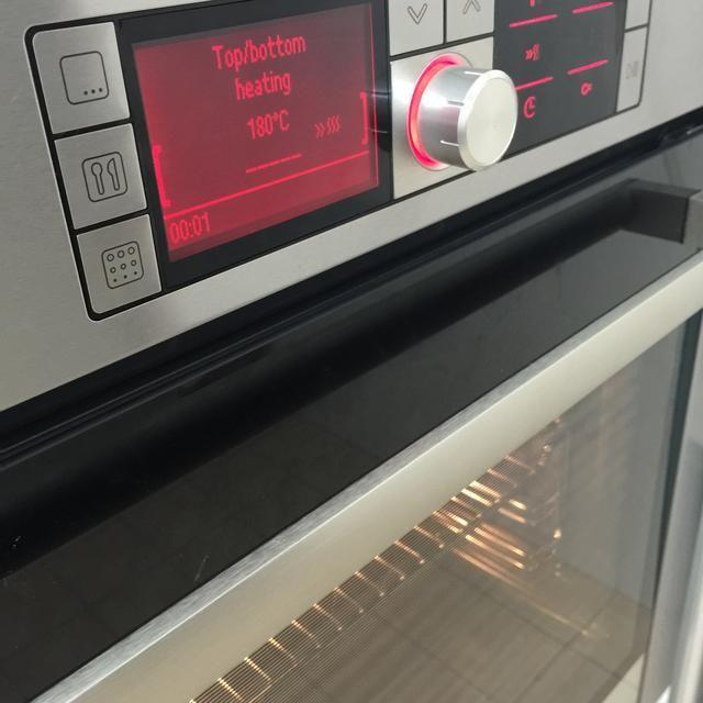 A continuación, precalentar el horno a 180 grados C (350 grados F).