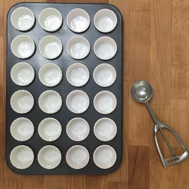 Forrar un molde de 12 o 24 de la magdalena con revestimientos de la magdalena. Tenga a mano primicia un helado con una cuchara la mezcla en los revestimientos.
