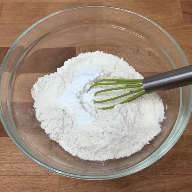 En un tazón pequeño, agregue tamizada de harina, polvo de hornear y la sal. Mezcle todo junto y reservar.