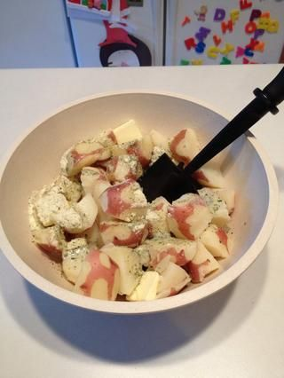 Use un machacador de papas para aplastar las patatas y mezclar todo junto.