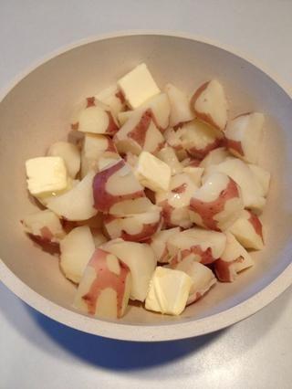 Añadir la mantequilla a las papas. El calor de las patatas ayudará a la masa fundida mantequilla.