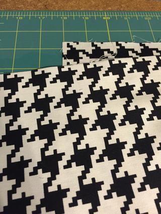 Recorta el tamaño deseado de la tela (2 piezas delantera y trasera) para ajustarse al tamaño de su almohada. Para la almohada de 20x20, me corté la tela 21x21 asignar un subsidio de costura de 1/2 pulgada.