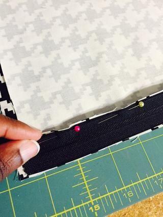 Voltear la cremallera hasta que coincida con el borde desanclado al lado de la tela del derecho.