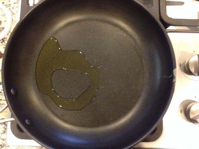 Añadir el aceite de oliva 2/1 cucharada de una sartén