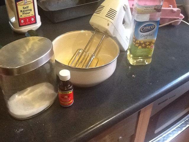 Añadir el azúcar, la vainilla y el aceite (yo usé azúcar moreno como un sustituto de azúcar en polvo debido a no suficiente azúcar en polvo)