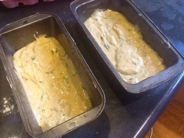Batir hasta muy grueso. A continuación, vierta en dos bandejas de registro (don't forget to grease!) and cook for 45-60 mins or until golden brown