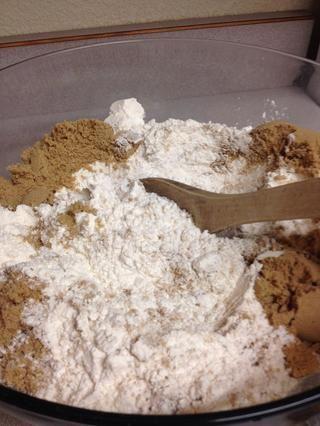 Mezcle el azúcar morena en el pozo. A veces me tamizar el azúcar morena si es difícil y bultos. También puede tamizar con la harina.