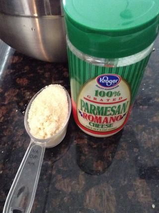 1/4 de taza de queso parmesano en su masa.