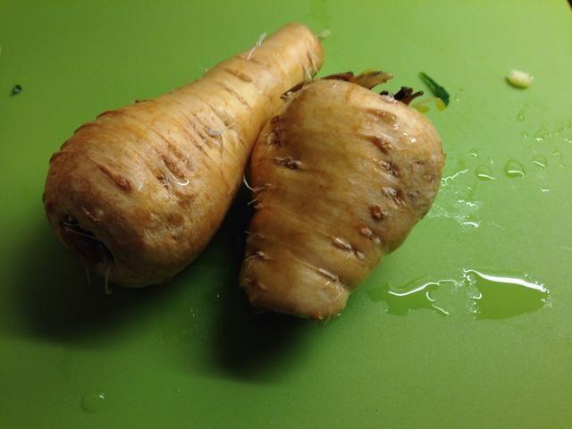 También pelar 2 nabos y agregarlos. También me tiré en 2 zanahorias.
