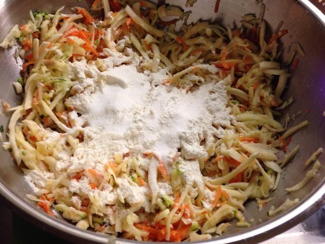 ..y agregar la harina y la sal. Use una mezcla de harina sin gluten si don't eat gluten.