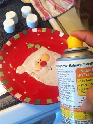 Rocíe su plato con el aceite en aerosol para evitar que los malvaviscos se pegue a la placa.