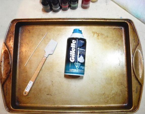 Para crear el fondo veteado, obtener una bandeja de horno grande, crema de afeitar, un pincho, algo para difundir la crema de afeitar alrededor, y una regla o squeegy para quitar la crema del sustrato.
