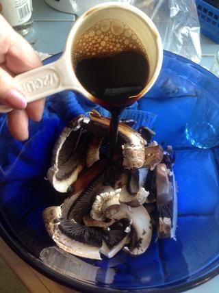 Ahora vierta en la salsa de soja partes iguales y vinagre. Durante dos grandes setas, me'm using 1/2 cup soy sauce...