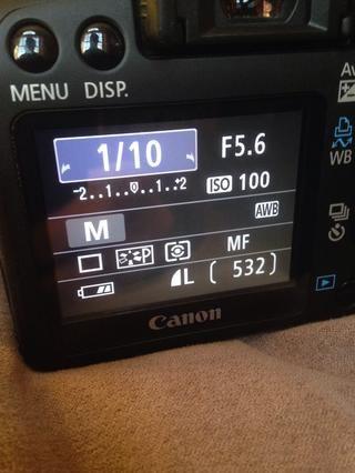 1.10 es un ejemplo de una velocidad de obturación lenta. La imagen será más brillante, pero puede empañar si no se mantiene constante