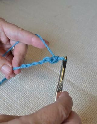 Crochet individual. Cada V en sus recuentos de cadena como puntada de una cadena.